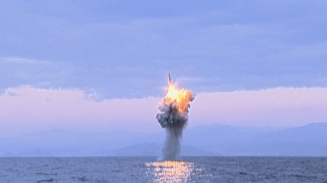 Un misil es lanzado desde un submarino cerca de la costa de Corea del Norte