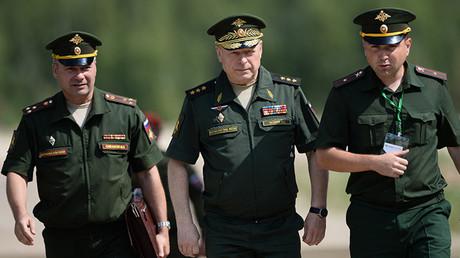 El comandante en jefe del Ejército de Tierra ruso, Oleg Saliukov, rodeado de otros oficiales