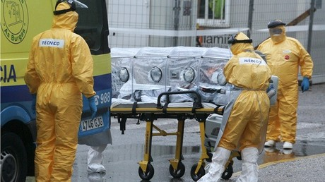 Los trabajadores médicos en la ropa de protección que transportan un posible nuevo paciente Ébola, en Vigo, España