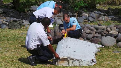 Archivo: Gendarmes franceses inspeccionan los de restos de un avión encontrados en la isla de la Reunión en el océano Índico