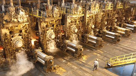 Un empleado de la fábrica de producción de acero en Kaohsiung, China.