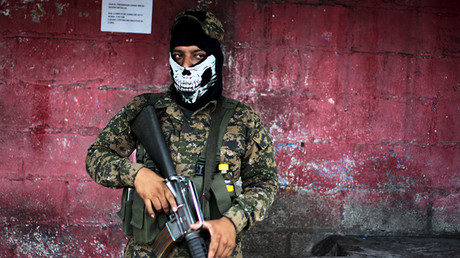 Un soldado participa en una operación de búsqueda contra las pandillas en San Salvador