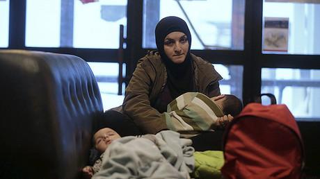Una madre refugiada siria con sus hijos en Riksgransen, Suecia, el 15 de diciembre de 2015.
