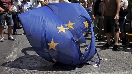 Manifestantes queman una bandera de la Unión Europea frente a la oficina de representación del Parlamento Europeo en Atenas, Grecia, 2 de julio de 2015.