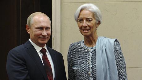 El presidente de Rusia Vladímir Putin estrecha la mano a la directora del FMI, Christine Lagarde, en la cumbre de la APEC en Pekín el 10 de noviembre de 2014.