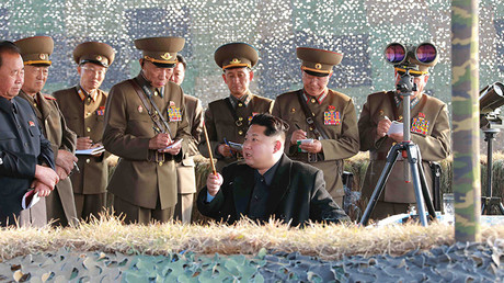 Kim Jong-un observa un simulacro de lanzamiento de cohete