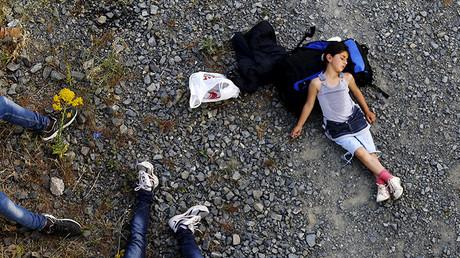 Ariana, de 7 años, descansando antes de cruzar la frontera de Macedonia