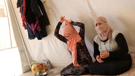 Dos hermanas yazidíes que escaparon del cautiverio del Estado Islámico en el campamento de refugiados a las afueras de la provincia de Duhok, el 3 de julio de 2015.