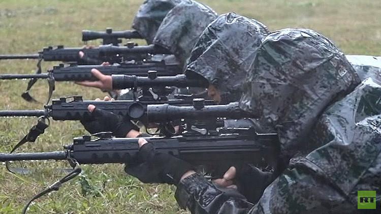 Video: Francotiradores chinos demuestran su pulso y su puntería bajo una intensa lluvia