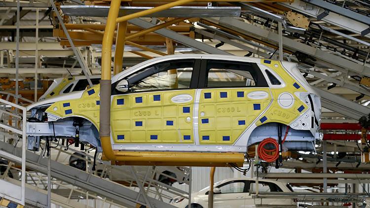 Un coche eléctrico en proceso de fabricación por la empresa china BAIC. 18 de enero de 2016.