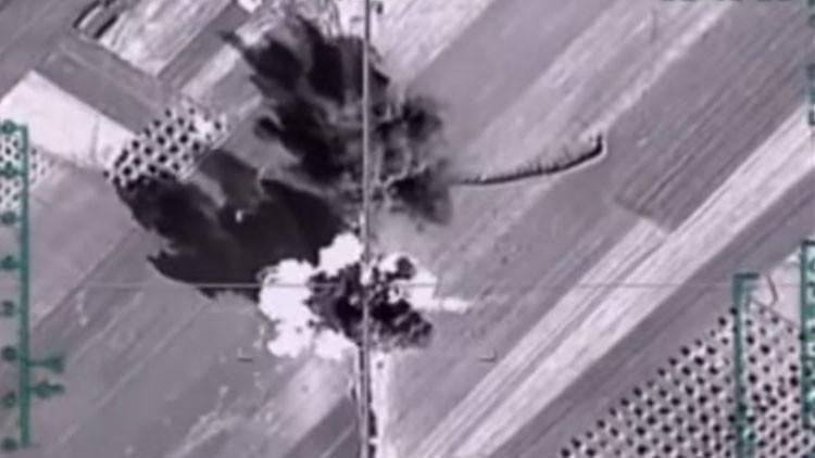 Video: un avión ruso destruye una caravana de municiones del EI