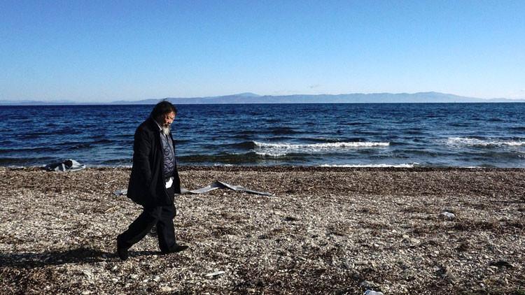 Artista chino se hace pasar por niño sirio ahogado para retratar el drama de los refugiados