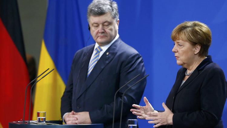 Merkel tuvo que echarse a correr tras Poroshenko para estrecharle la mano (video)