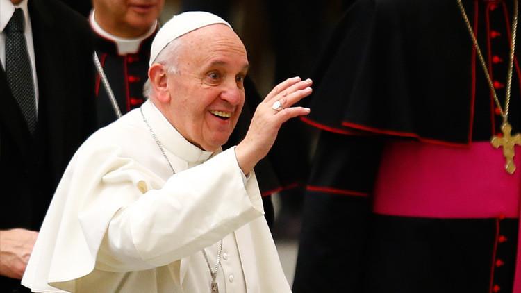 Una nueva broma del papa Francisco sorprende a una reportera mexicana (video)