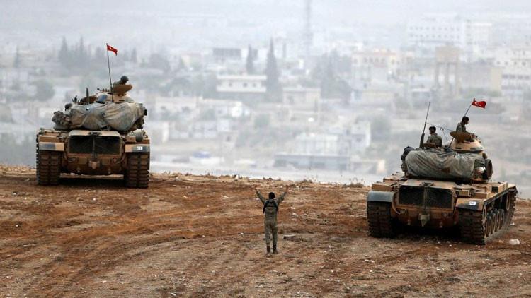"""Fuente militar: """"La artillería turca cubre la retirada de terroristas en Siria"""""""