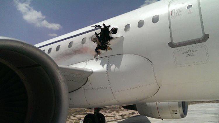 Publican un video del salón del avión que siguió volando pese a tener el fuselaje agujereado