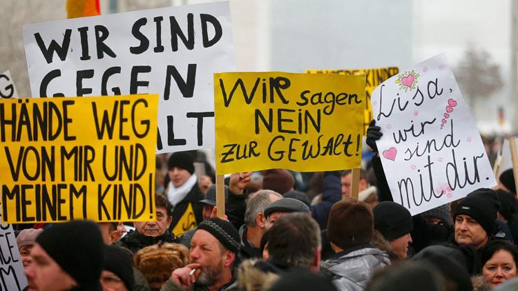 """Video: Un alcalde alemán, abucheado por decir que las niñas no deben """"provocar"""" a los refugiados"""