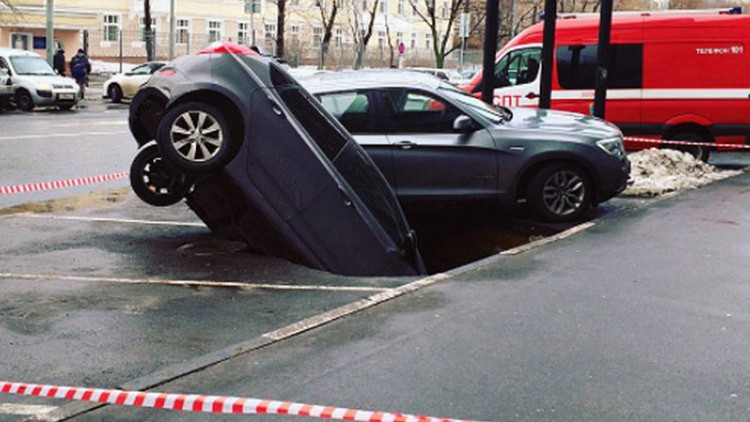 Video: En Moscú un socavón se traga dos coches en un aparcamiento