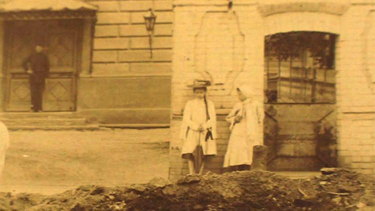 Video: ¿Quién es la 'niña fantasma' que aparece en varias fotos antiguas?