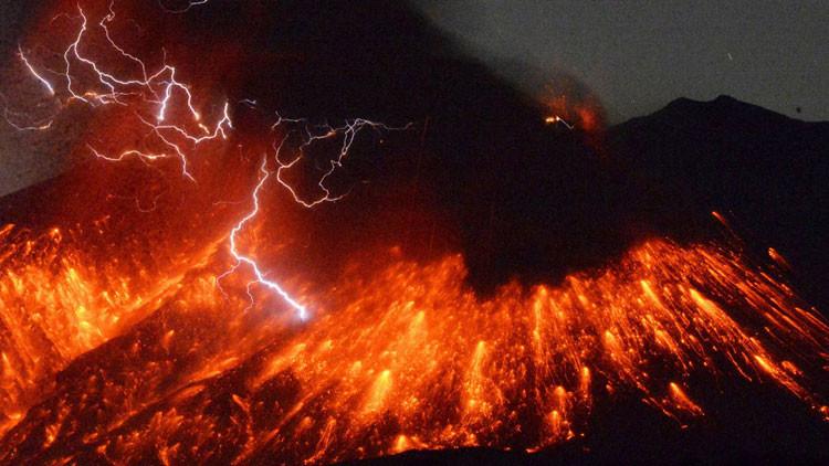 Alerta: Volcán japonés Sakurajima entra en erupción a 50 km de una planta nuclear (Video y Fotos)