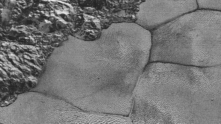 Plutón no deja de intrigar: el planeta enano tiene colinas de hielo flotantes (Foto)