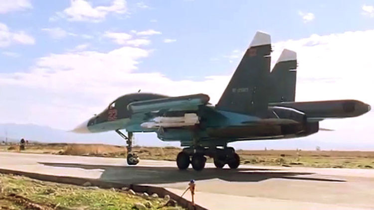 """""""Calentando músculos"""": cómo es pilotar el letal bombardero Su-34 visto desde su cabina (video)"""