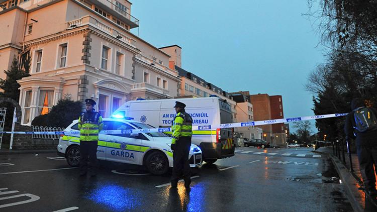 Policías y oficiales forenses en el escenario de un tiroteo en el Hotel Regency de Dublín