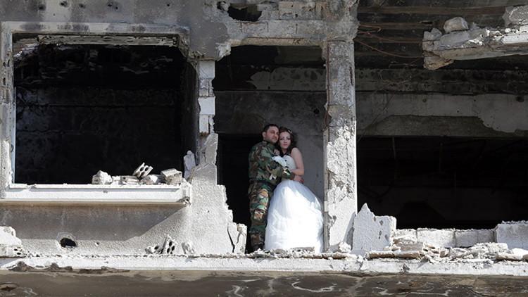 Que ni la guerra los separe: impactantes imágenes de una boda entre las ruinas en Siria