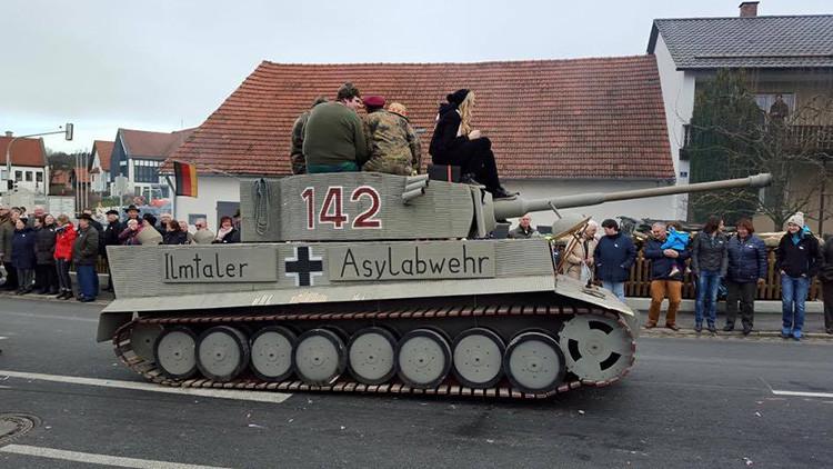 Alemania: Aparece un tanque nazi anti-inmigrante en un carnaval de Baviera