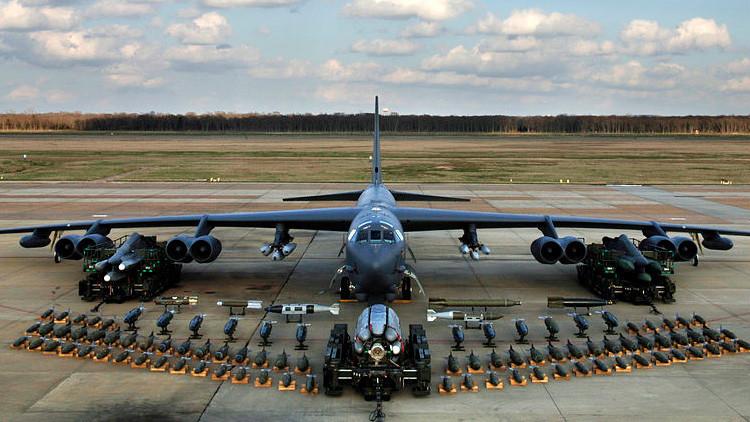 Un Boeing B-52H Stratofortress de EE.UU. con armamento en la base aérea Barksdale, Luisiana, 2006