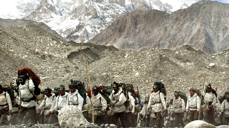 """Video: Salvan a un militar de su tumba de hielo en """"el campo de batalla más elevado del mundo"""""""