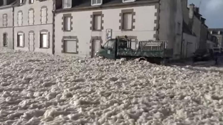 Video: Un 'tsunami de espuma' invade una localidad francesa