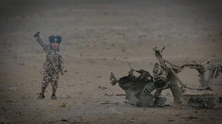 Video atroz del Estado Islámico: un niño de 4 años ejecuta a 4 rehenes
