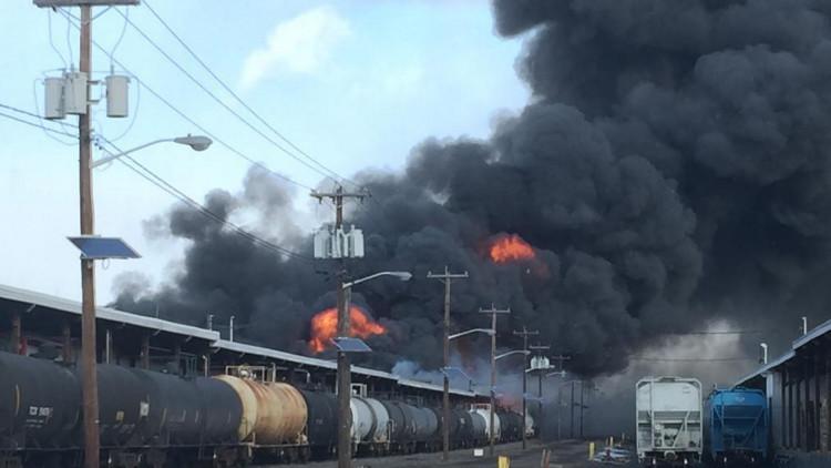 EE.UU.: Un gran incendio se produce en un depósito de trenes en Nueva Jersey (fotos, video)