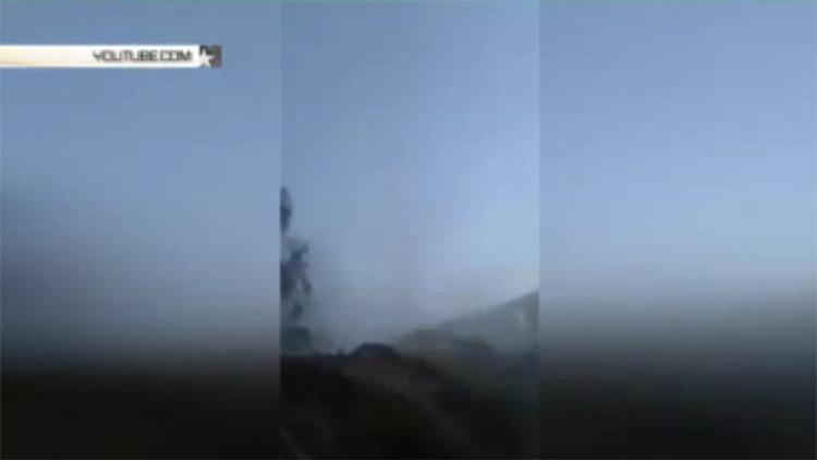 ¡En el blanco!: Una bomba impacta directamente sobre trincheras de terroristas en Siria (video)