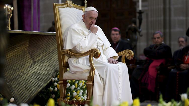 Video: Un presentador de televisión se arrodilla y le limpia los zapatos al papa en pleno vuelo