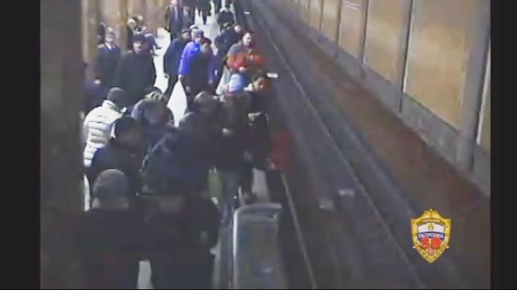 Video: El metro de Moscú les pasa por encima pero logran un rescate heroico