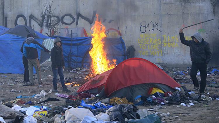Inmigrantes junto a unas tiendas en el campamento conocido como 'la Jungla', en Calais.