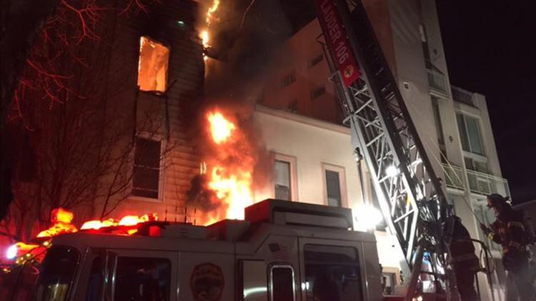 Video, fotos: Arde un edificio de tres pisos en Nueva York