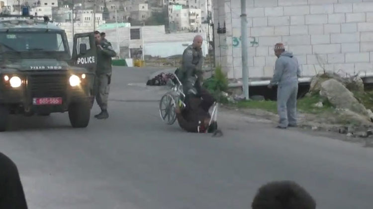 Video: Policía israelí tira al suelo a un discapacitado palestino en silla de ruedas