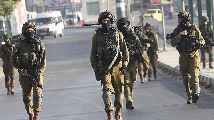 Soldados israelíes toman posiciones durante los enfrentamientos con jóvenes palestinos