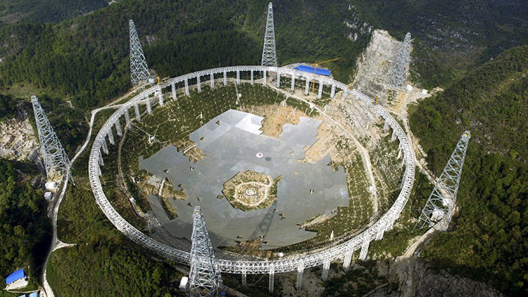 El Telescopio de Apertura Esférica de 500 metros, en construcción entre las montañas de la provincia de Guizhou, en China