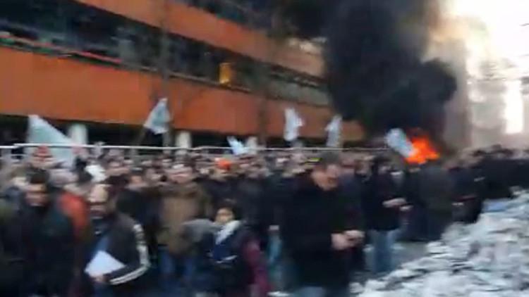Neumáticos en llamas: Protesta de los agricultores franceses contra el Gobierno en París