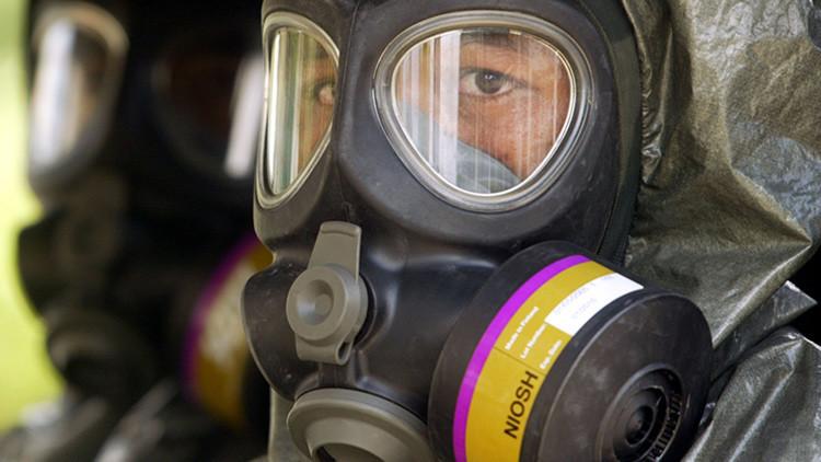Tropas antiterroristas indonesias con máscaras de gas durante un ejercicio militar