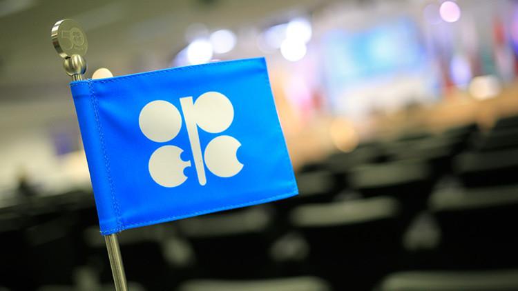 La banderita de la OPEP en un salón de actos vacío