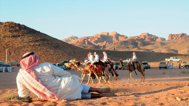 Cobrar sin trabajar: la crisis petrolera amenaza el sueño saudita