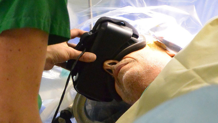 Operan a una paciente con un tumor cerebral mientras ve un mundo virtual