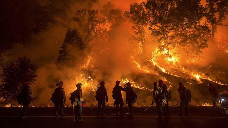 Gran incendio amenaza una refinería de EE.UU. (Video y fotos)