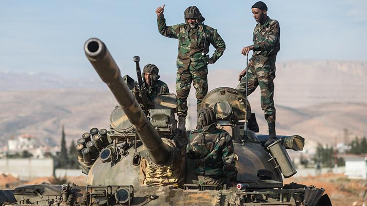 En sintonía: Cazas rusos y artillería siria reducen a escombros posiciones del EI (video)