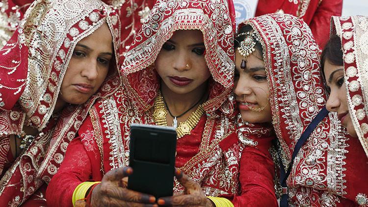 Menos charla y más trabajo: una aldea india prohíbe a las mujeres solteras usar celulares